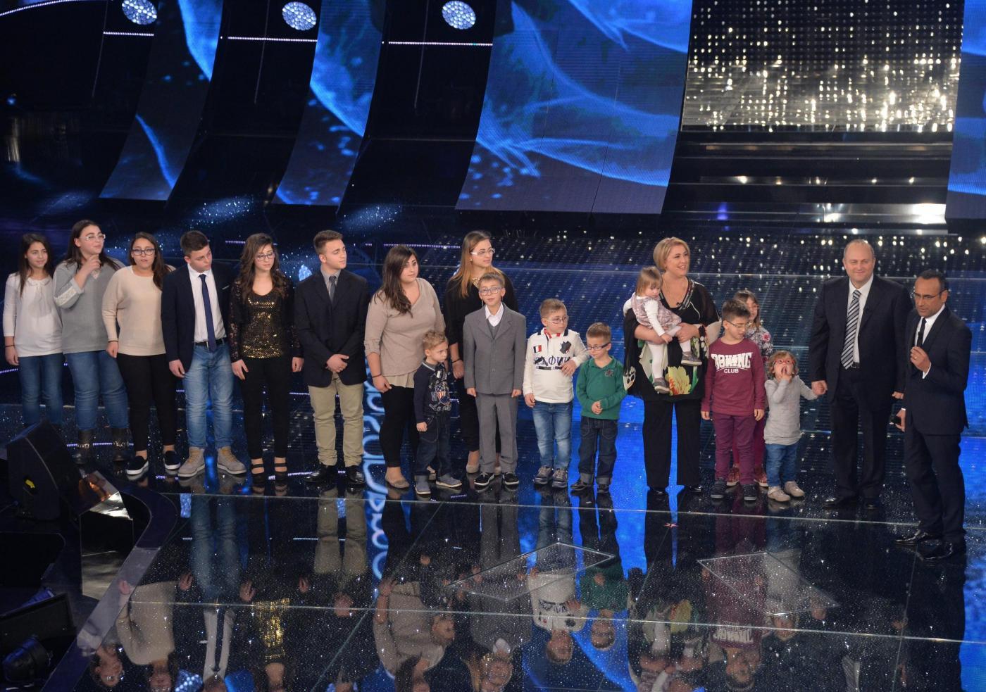 Sanremo 2015, la famiglia Anania (con 16 figli) canta 'Gli occhi dell'amore verdi'
