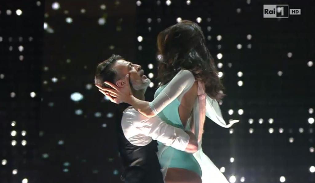 Mango, l'omaggio a Sanremo 2015: Rocio Munoz Morales balla 'Lei Verrà'