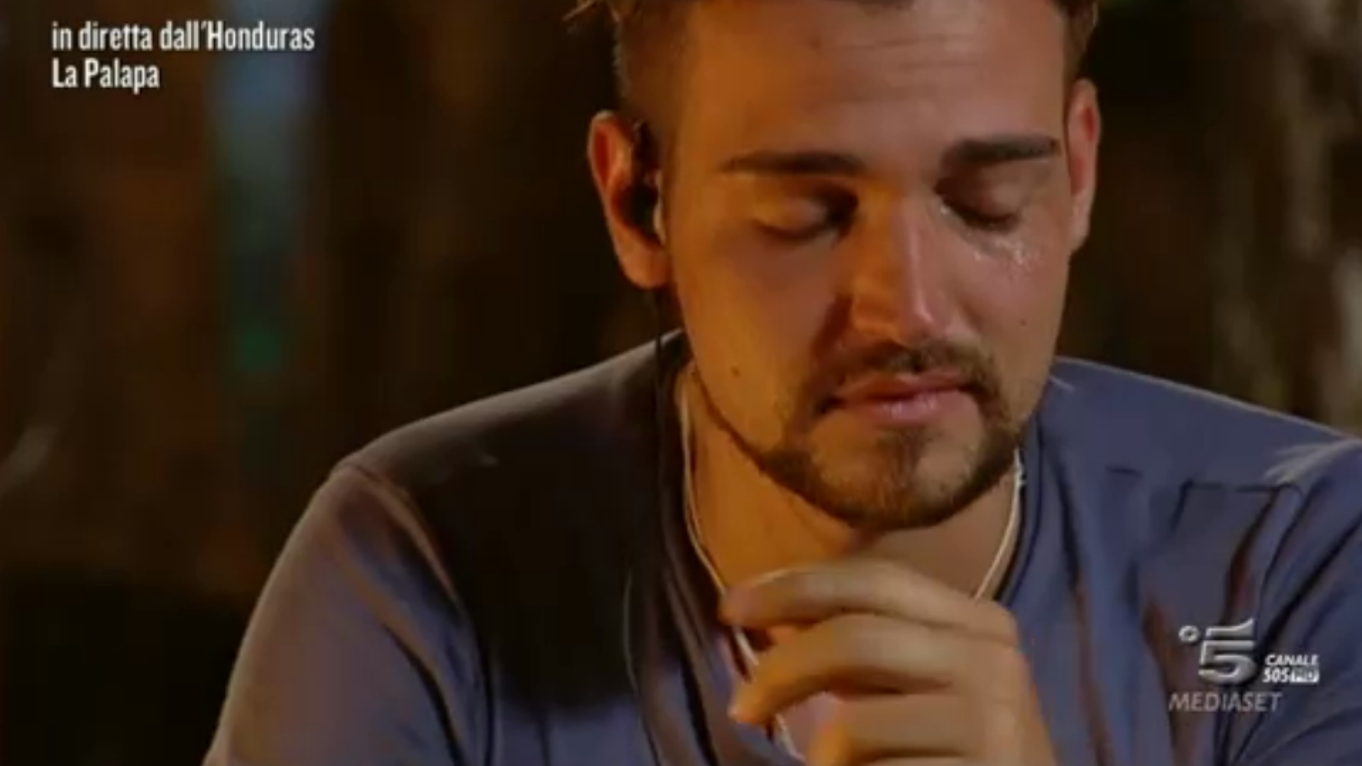 Valerio Scanu piange all'Isola dei Famosi