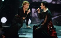 Sanremo 2015: il duetto Emma - Arisa sulle note de Il carrozzone di Renato Zero