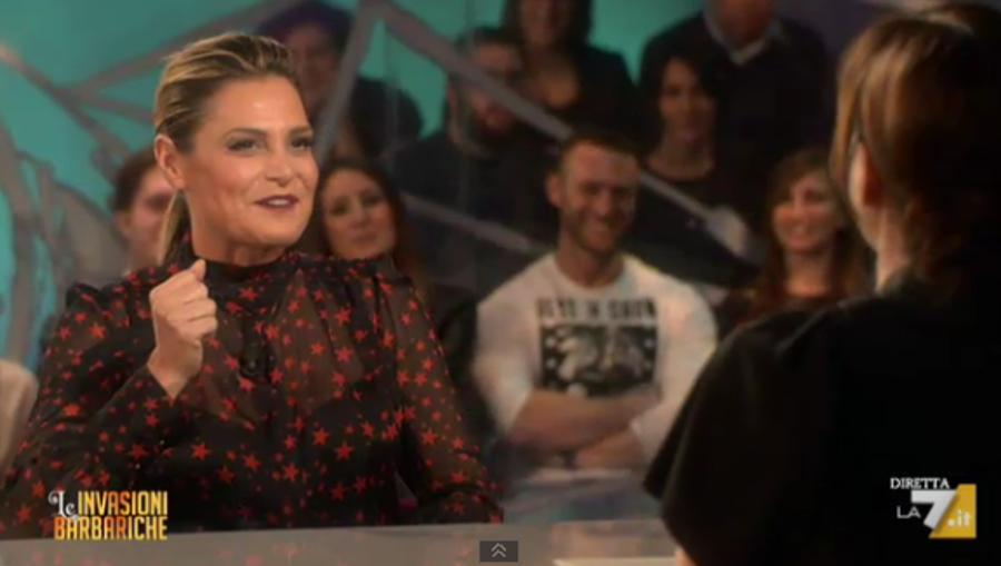Simona Ventura a Le Invasioni Barbariche: 'L'Isola dei Famosi mi manca, ma Alessia Marcuzzi è brava'