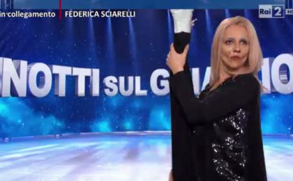 Quelli che il calcio, Lucia Ocone è Federica Sciarelli: show parodia per Notti sul ghiaccio [Video]