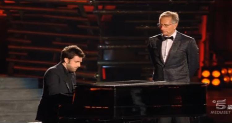 Paolo Bonolis con il maestro al piano