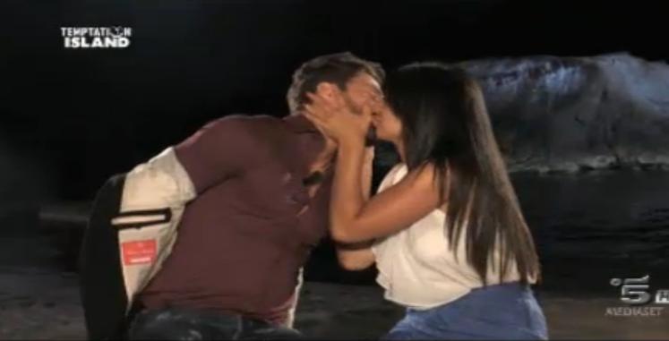 Il bacio tra Amedeo e Alessia