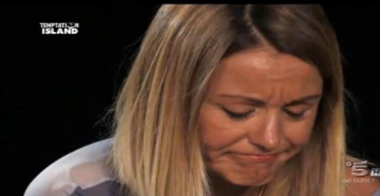 Isabella piange dopo il tradimento di Mauro