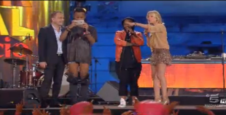 Madcon in mutande sul palco