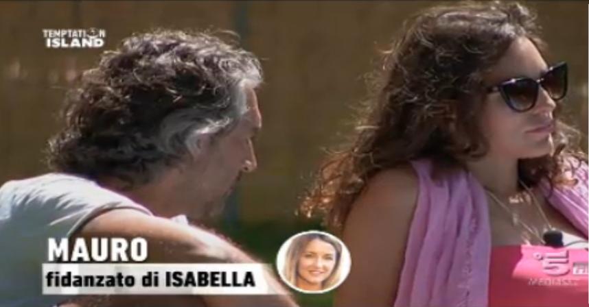 Marta non rivolge lo sguardo a Mauro