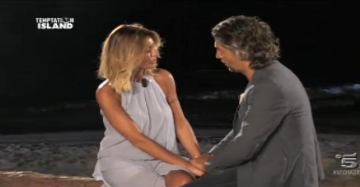 Mauro chiede a Isabella di sposarlo