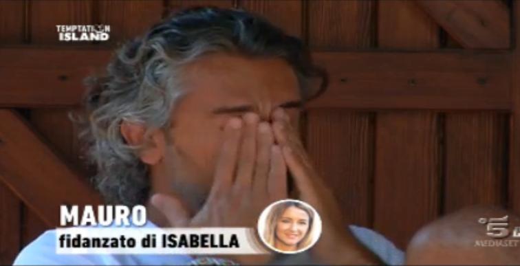 Mauro scoppia a piangere