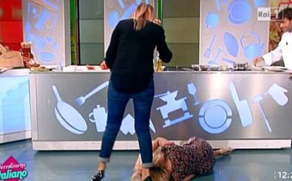 Mezzogiorno italiano, Lisa Fusco fa una spaccata in diretta: la caduta su Rai 1 [VIDEO]