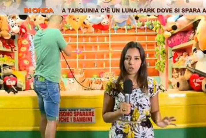 In Onda, Sara Giudice aggredita in diretta al luna park dove si spara ai volti dei politici