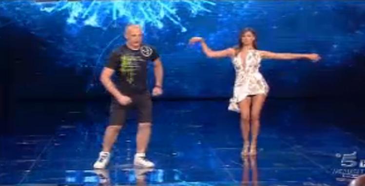 Belen fa zumba sulla canzone Bailando