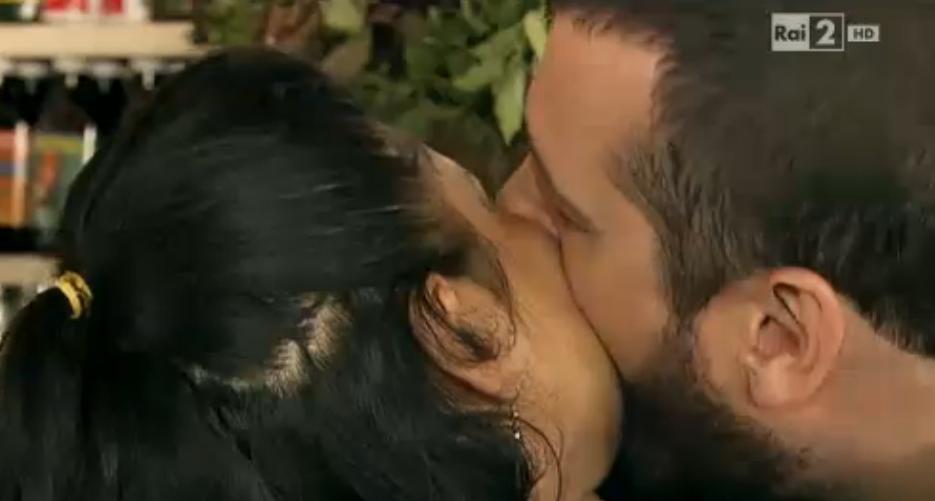 Costantino bacia una donna locale