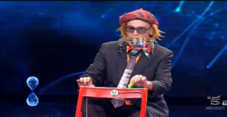 Giuseppe suona con la sedia