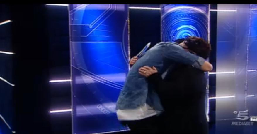 Alessandro, salvo al televoto, abbraccia la madre