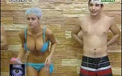 GF9, la sexy doccia di Cristina. Siria bisex