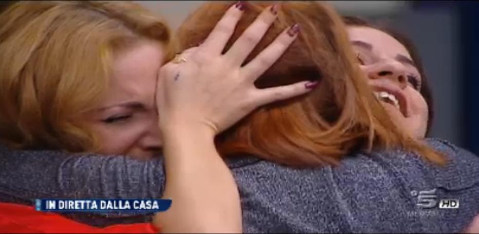 Lidia e Jessica abbracciano la madre, sorpresa nella Casa
