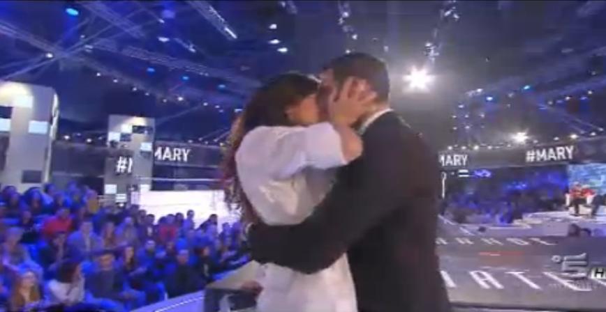 Mary e Giovanni si baciano in studio