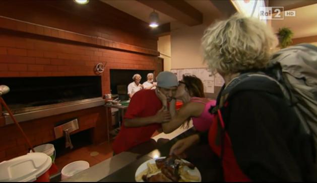 Naike bacia l'uomo della mensa
