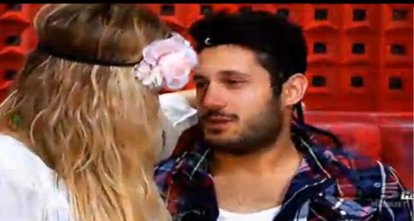 Rossella cerca di baciare Simone