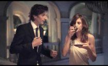 Elisabetta Canalis come George Clooney: eccola in uno spot per caffè