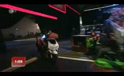 Michelle Hunziker cade dalla Vespa in diretta tv (video)