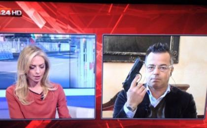 Pistola a Sky Tg24: Gianluca Buonanno mostra un'arma in diretta tv [Foto]