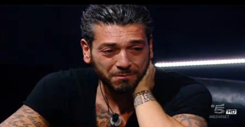Alessandro piange alla vista del padre