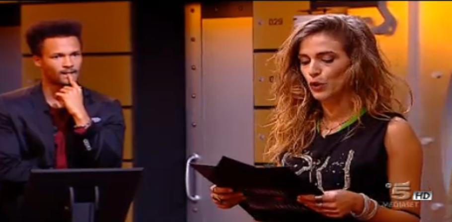 Barbara legge la busta nera