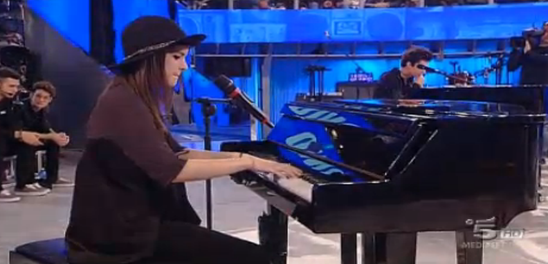 Chiara suona e canta l'inedito Blind