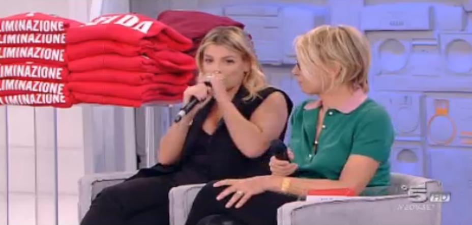Emma dà consigli a Lele su come tenere il microfono