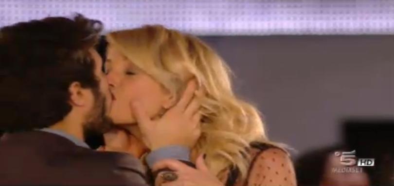 Simone bacia Alessia Marcuzzi