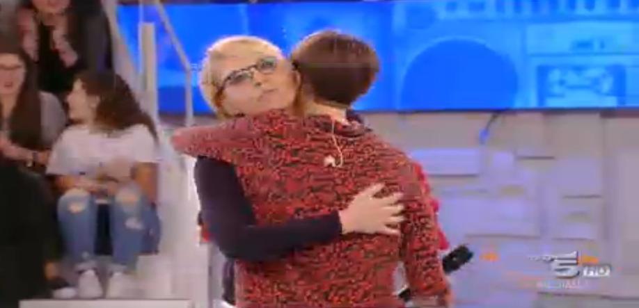 Alessandra Amoroso e Maria De Filippi si abbracciano