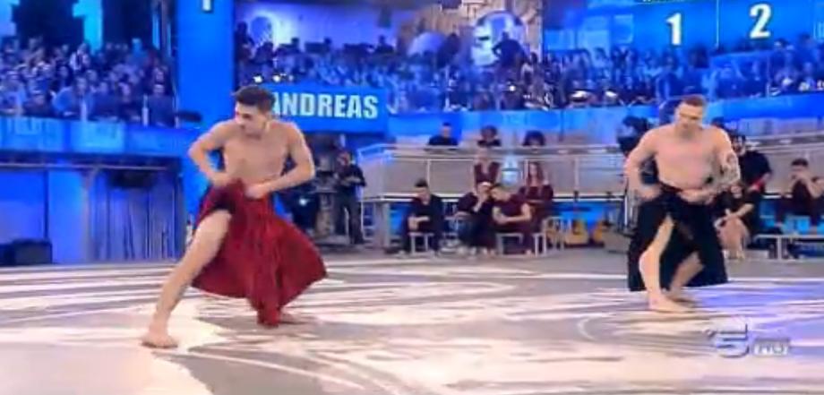 Alessio balla con la gonna