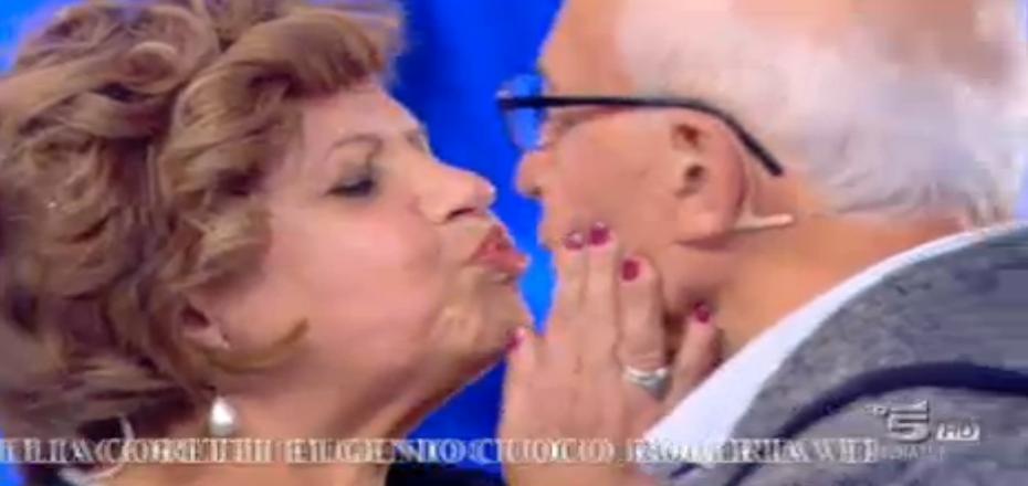 Il bacio tra Maddalena e Mario
