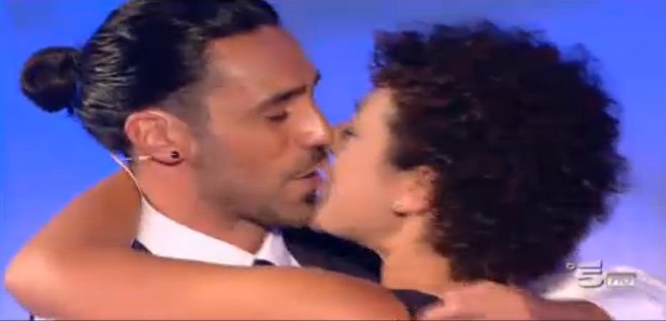 Il bacio tra Pietro e Roberta