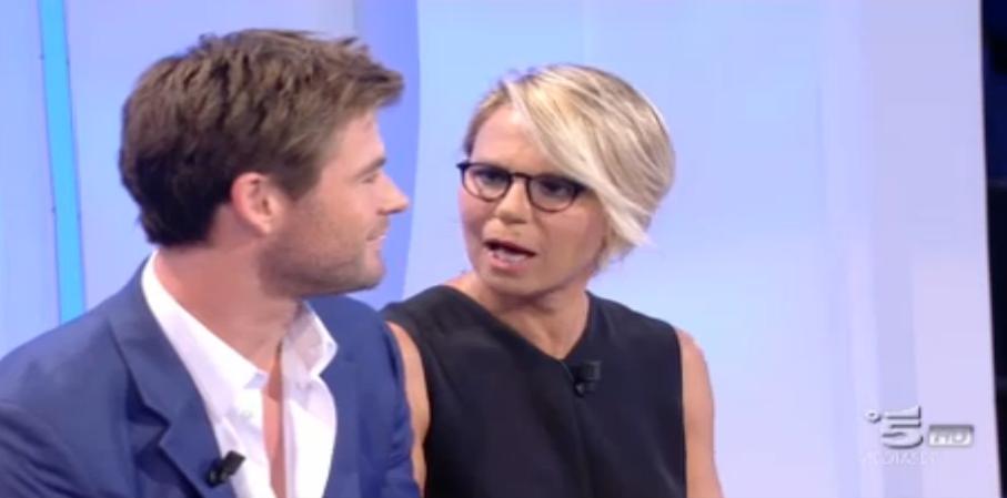 Maria De Filippi rimane a bocca aperta davanti a Chris Hemsworth