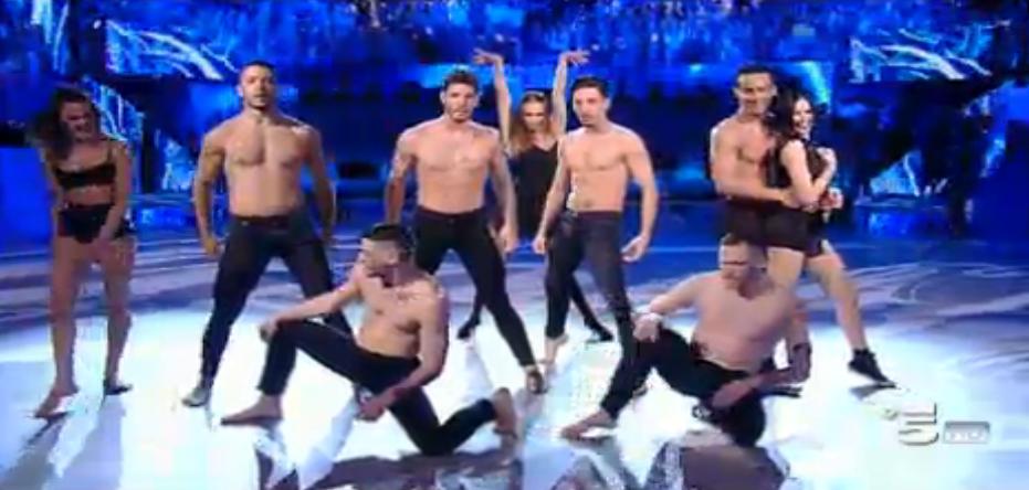 Stefano De Martino balla con gli altri professionisti