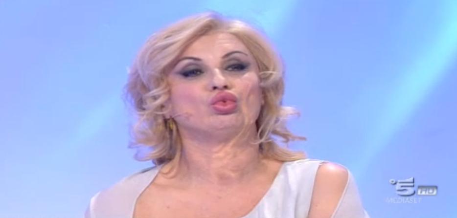 Tina Cipollari scherza sulle labbra di Gemma