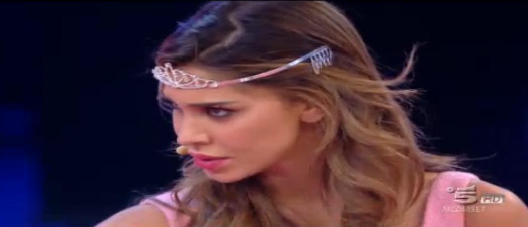 Belen indossa la coroncina da principessa