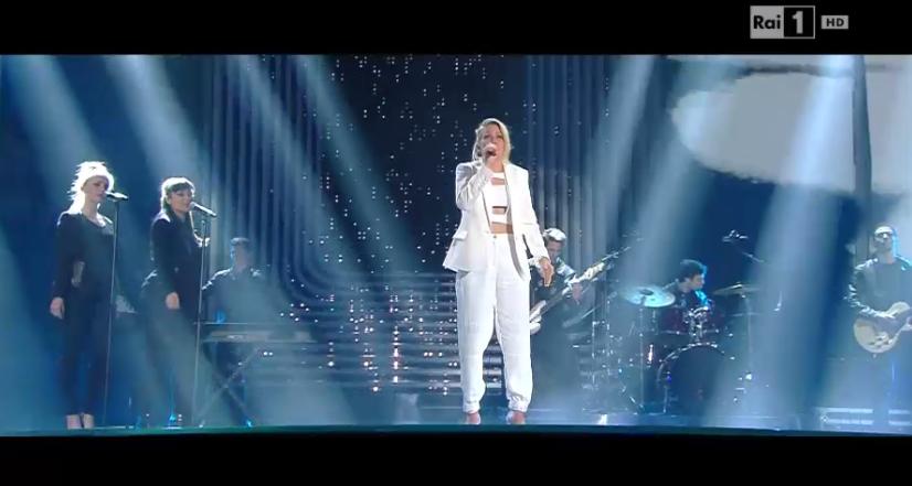 Ellie Goulding in bianco a Sanremo