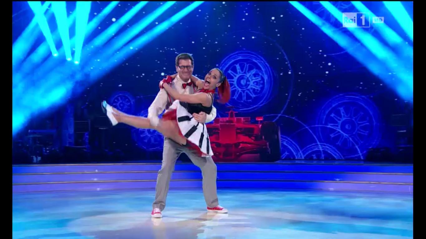 Enrico Papi balla un boogie