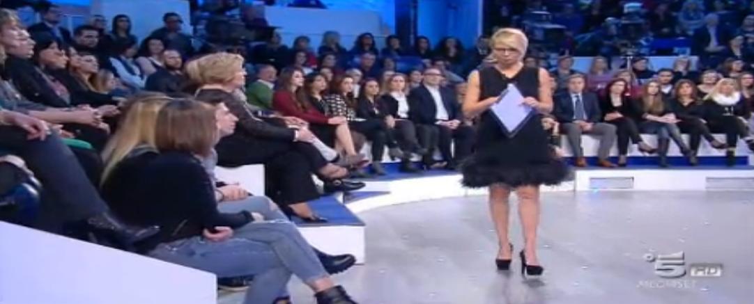Il pubblico ascolta attentamente Maria De Filippi