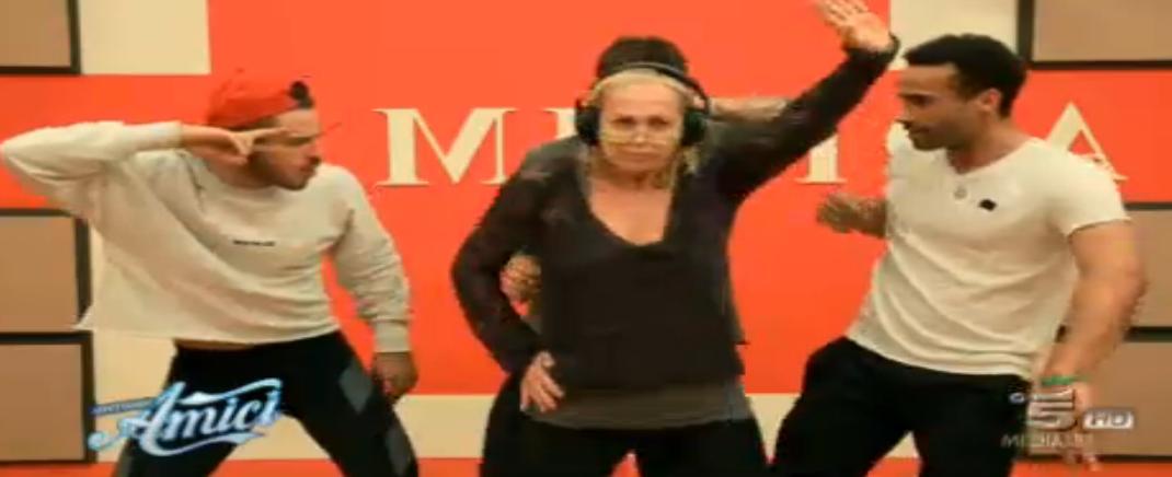 Il video con Alessandra Celentano che balla