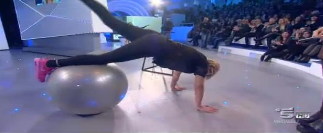 Maria De Filippi imita Belen quando fa ginnastica