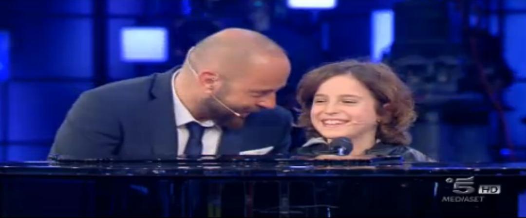 Maurizio Zamboni e Luigi (10 anni) cantano e suonano A te di Jovanotti, ore 22.03