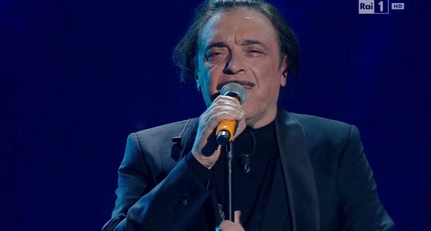 Nino Frassica canta i drammi del mare
