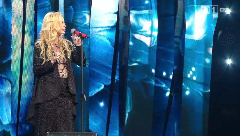 Patty Pravo si preoccupa per il microfono