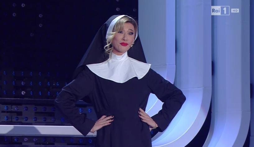 Virginia Raffaele Belen Rodriguez vestita da suora