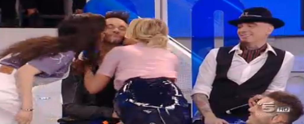 Elisa ed Emma baciano Nek